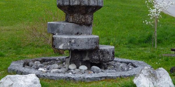 Tuffstein-Brunnen auf der Ostseite des Huglfinger Bahnhofs.