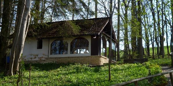 Am Fußweg, der aus Steingaden in Richtung Litzau hinausführt, befindet sich eine kleine Kapelle.