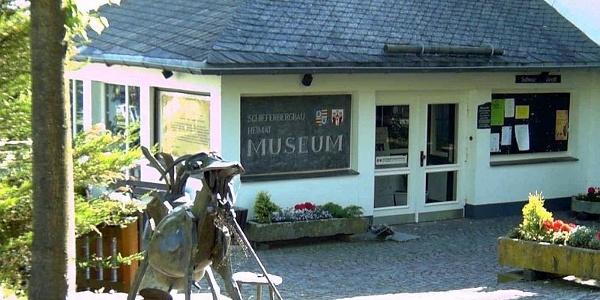 Eingang Schieferbergbau- und Heimatmuseum in Holthausen