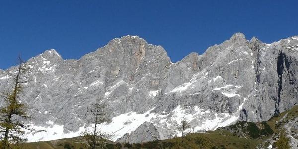 Die mächtige Südwand des Hohen Dachstein.