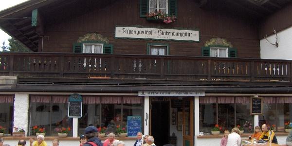 In der Hindenburghütte können wir einkehren.