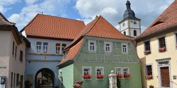 Rathausplatz Kleinlangheim mit Zugang zur Kirchenburg (links).