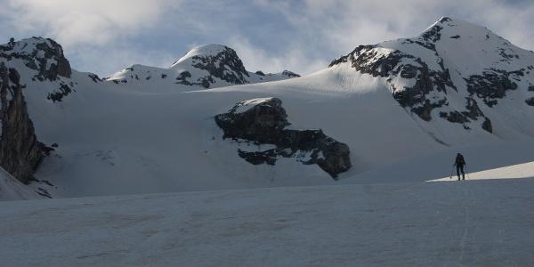 Am Ende der ersten Steilstufe wird der Blick frei auf unser Tourenziel am rechten Bildrand. Über die Flanke links des Felsriegels (Bildmitte) führt die Route.