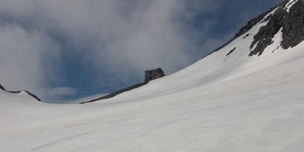 Am flachen Boden unterhalb des Gipfels. Hinten Tuckettjoch mit den verfallenden Gemäuern der Locatelli Hütte.
