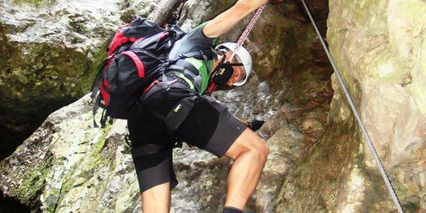 Wie gefangen wirken die Kletterer zwischen den Flanken der schmalen Klamm
