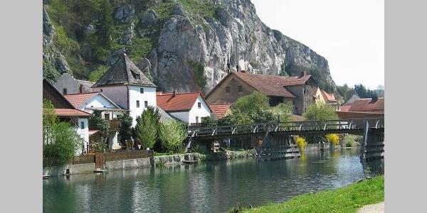 Idyllisch liegen die Dörfer zwischen Flussufer und Felswand.