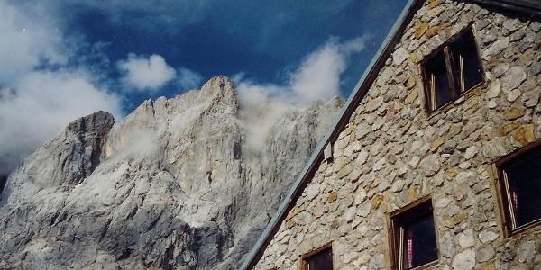 Die Dachsteinsüdwandhütte.