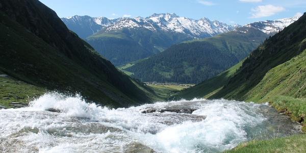 Wasserfall in Bauns mit Blick nach Sedrun