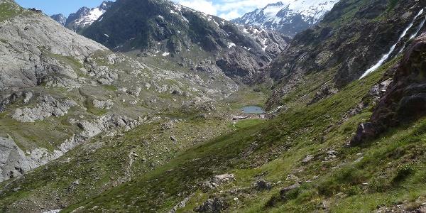 Abstieg links am See vorbei zur Brücke über die Gurgler Ache - rechts oben Langtalereckhütte