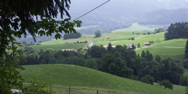 Der Blick übers Tal in Richtung Roßholzen.
