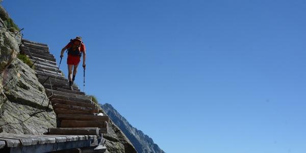 Eine Felsbarriere unterhalb der Rieserfernerhütte wird auf luftig angelegten Treppenstufen überwunden.