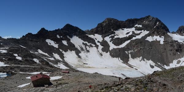 Vom Aufstieg zum Fernerköpfl blickt man zurück auf Rieserfernerhütte und Schwarze Wand.