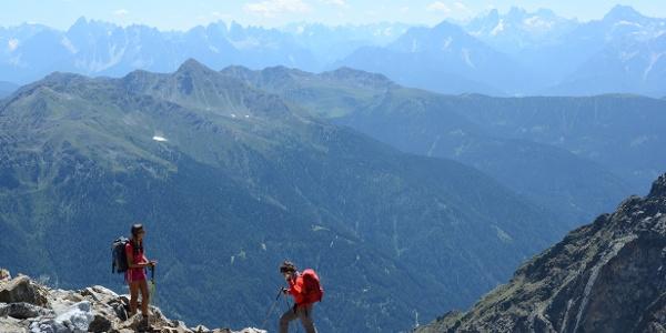 Gleich oberhalb der Rieserfernerhütte öffnet sich ein großzügiger Blick übers Pustertal in die Dolomiten.