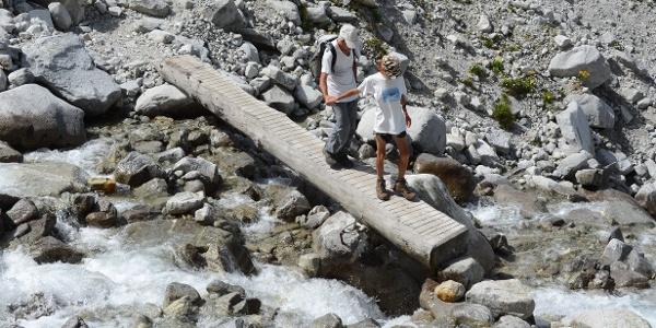 Die Ablaufbäche der schmelzenden Gletscher werden oft auf schlichten Baumstamm-Stegen überquert.