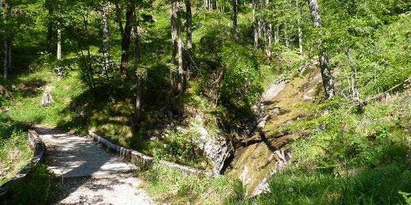 Der Weg führt an einem Mini-Wasserfall vorbei