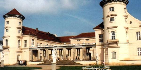 Die symmetrische Barockanlage Schloss Rheinsberg öffnet sich zum Grienericksee.