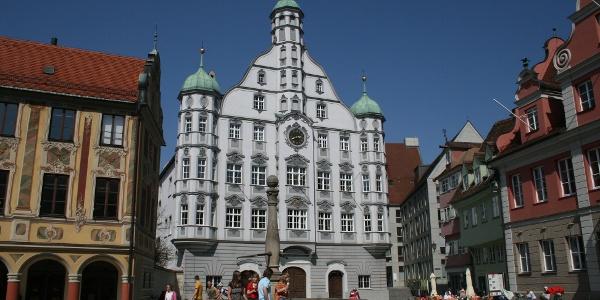 Am Marktplatz von Memmingen: Links das Steuerhaus, in der Mitte das Rathaus und rechts die Großzunft.