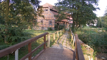 Auf einer Holzbrücke kann man den Hanshagener Bach bei der Mühle überqueren.