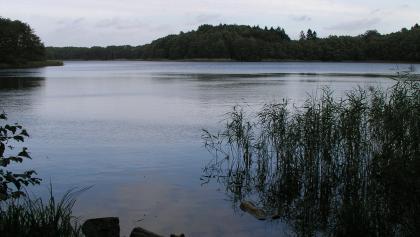 Direkt am Labenzer See befindet sich das Mausoleum Wedekinds.