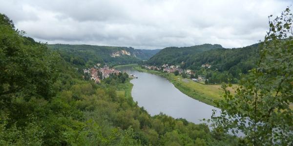 Von der Winkeaussicht genießt man weitläufige Blicke über die Elbe