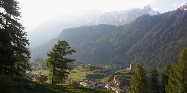 Oberhalb von Ardez mit Blick auf die Ruine Steinsberg.