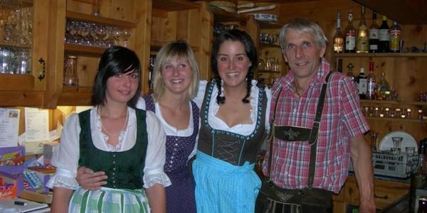 Hüttenwirt Ernst Meschik mit seinen Töchtern