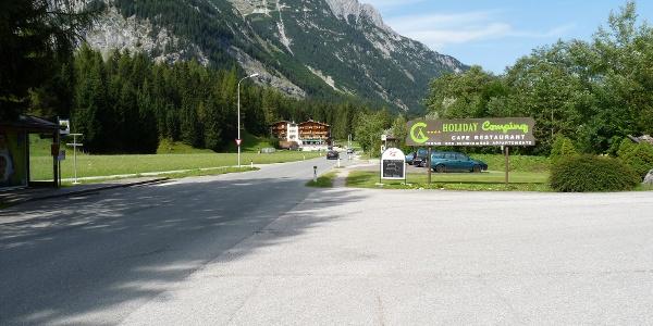"""Wir starten beim Parkplatz Holiday-Camping. Im Hintergrund das Hotel """"Hubertushof""""."""