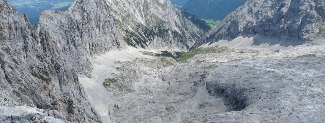 Grandioser Tiefblick während des Aufstieges auf das Leutascher Platt.