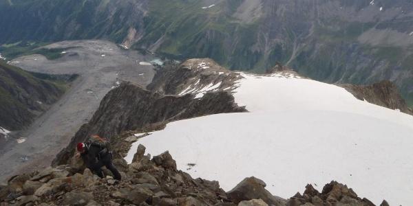 Blick vom Gipfel des Petit Mt. Blanc zur Biwakschachtel.