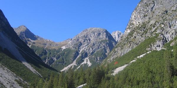 Blick zum Mittelkopf und Steinkarpfeiler