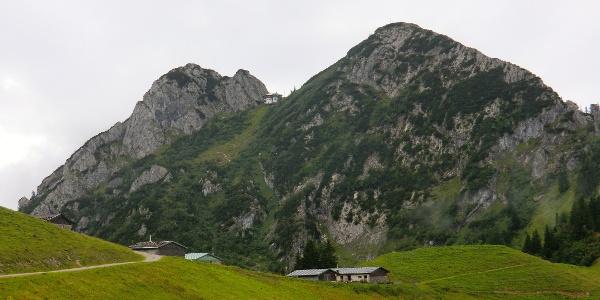 Die Tegernseer Hütte zwischen Roßstein (1698 m) und Buchstein (1701 m)