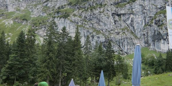 Terrasse der Tutzinger Hütte mit Blick auf die Benediktenwand
