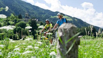 Radfahrer vor der Burg Reifenstein
