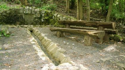 Der Justus-Brunnen wurde 1883 vom Rhönklub in Erinnerung an seinen Gründer, Dr. Justus Schneider aus Fulda, angelegt.