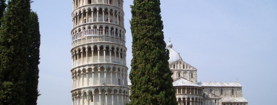 La famosa torre pendente con il duomo sullo sfondo