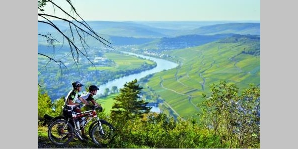 Mountainbiken mit Moselpanorama: Blick auf Bernkastel-Kues