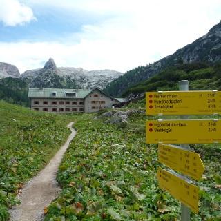 Die letzten Meter zum Kärlingerhaus mit Blick auf das markante Schottmalhorn.
