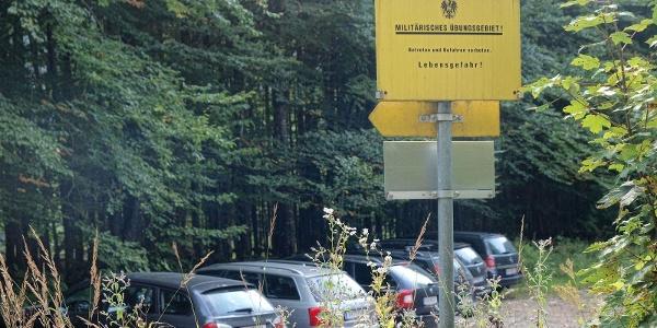Parkplatz rechts vor dem Eingang zum Militärischen Übungsgebiet - keine Angst, hier besteht noch keine Lebensgefahr.