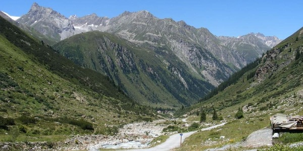 We look back from the hut Gletscherstübele to Mittelberg