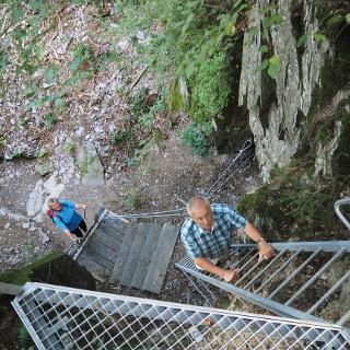 Zwei Leitern führen tief hinab in die Höhlenschlucht