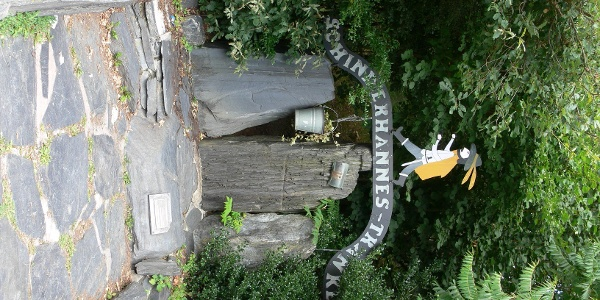 Die Tränke erinnert an den berühmten Hunsrückräuber Johannes Bückler, genannt Schinderhannes.