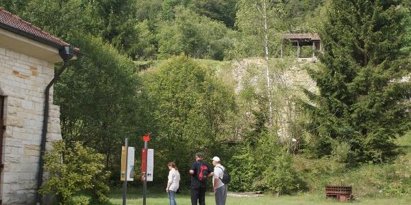 Wanderer im Egautal bei den Kalkterrassen
