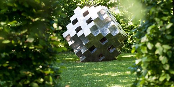 Kunstwerke im Labyrinthgarten des Kränzelhofs
