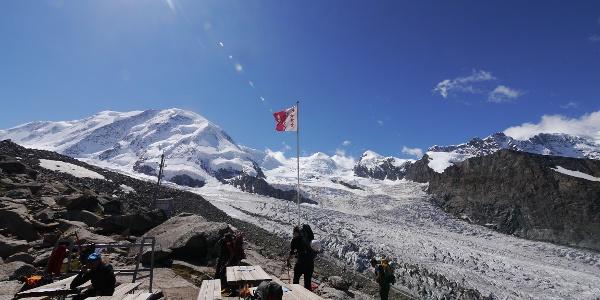 Die Terrasse der Neuen Monte Rosa Hütte vor einer beeindruckenden Bergkulisse