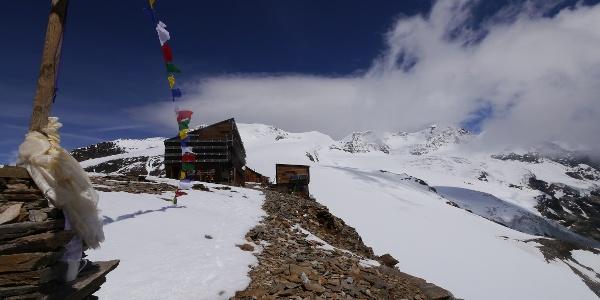 Das Rifugio Quintino Sella vor einer beeindruckenden Bergkulisse