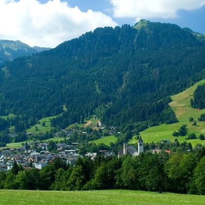 Blick vom Hahnenkamm auf Kitzbühel.