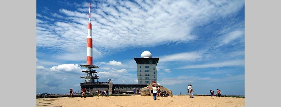 Auf dem Brocken: links der Fernmeldeturm, rechts die Brockenherberge