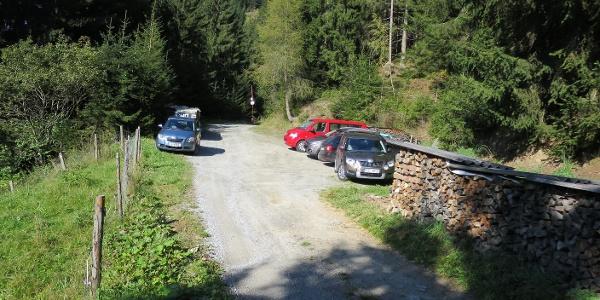 Der kleine Parkplatz in St. Quirin befindet sich am höchsten Punkt der noch erlaubten Fahrstraße.