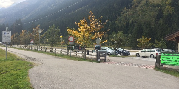 Einfahrt zum Parkplatz in Obertal am Ende der öffentlichen Straße.