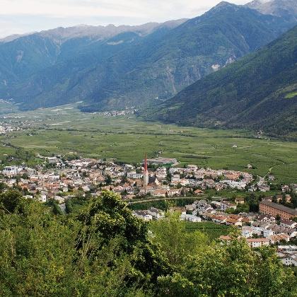 Blick auf Schlanders, den Hauptort des Vinschgaus am Fuße des Sonnenbergs